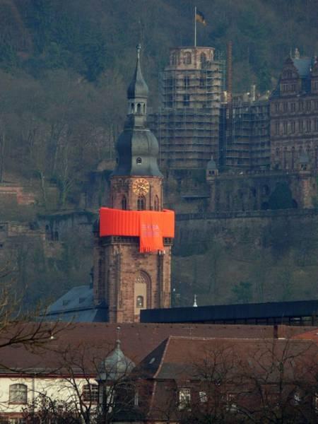 Aufblasbarer Schal an der Heiliggeist-Kirche in Heidelberg