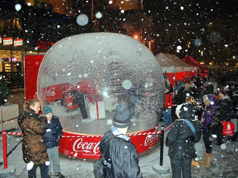 Aufblasbare Schneekugel für Coca-Cola
